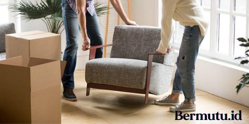 Tips Merawat Lantai Kayu - hindari penggunaan peralatan tajam - hati-hati saat memindahkan furniture