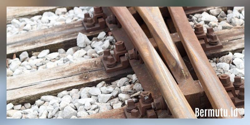 manfaat kayu kempas - bantalan rel kereta