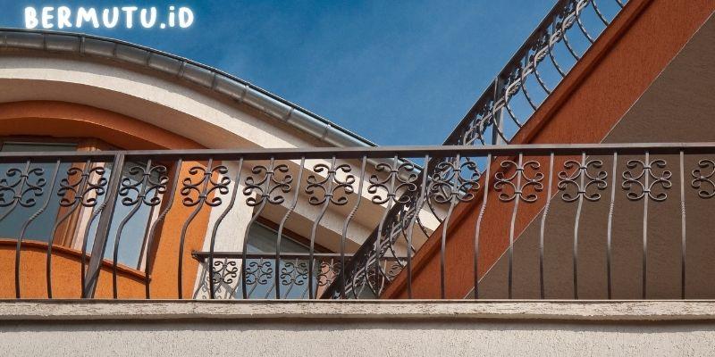 Desain Pagar Balkon Dengan Lekukan Indah