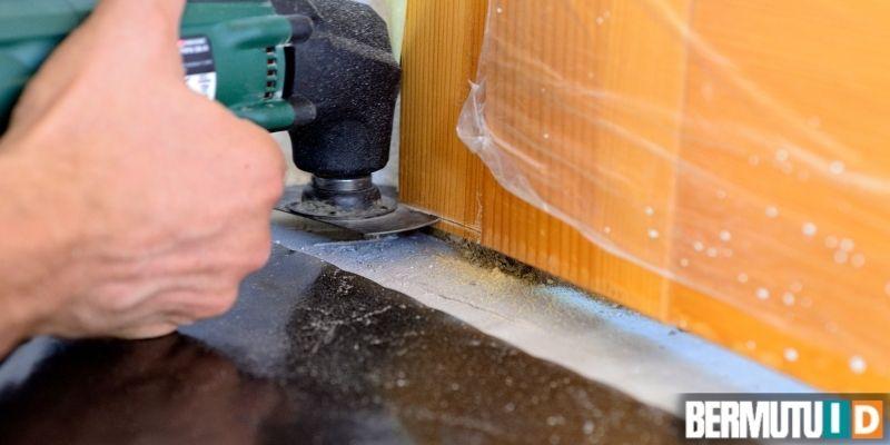 cara memasang lantai laminated - memotong pintu bagian bawah