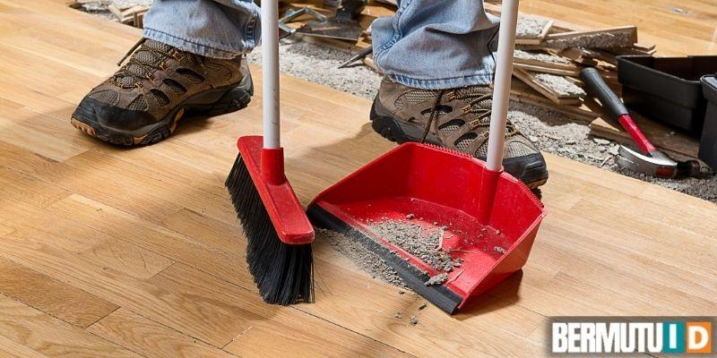 cara memasang lantai laminated - membersihkan sisa-sisa pengerjaan